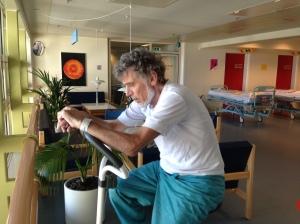 Motion er ikke bare en lykkepille, men et helt medicinskab. Motion hjælper min kræftsyge far med at holde modet oppe. Her sidder han på kondicyklen på 13. sal på Herlev Hospital.